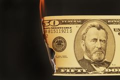 US-Geld auf Feuer stockbild