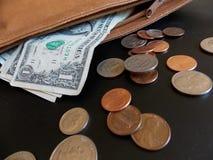 US-Geld, das aus Geldbeutel heraus verschüttet wird Lizenzfreie Stockfotografie