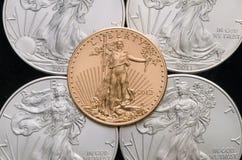 US-Gold Eagle auf 4 US versilbern Eagles mit schwarzem Hintergrund Stockbild