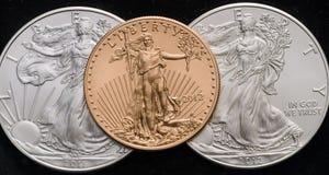 US-Gold Eagle auf 2 US versilbern Eagles mit schwarzem Hintergrund Stockbild