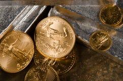 US-Gold Eagles auf Silberbarren Lizenzfreie Stockfotografie