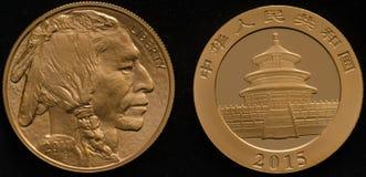 US-Goldbüffel-Münze gegen China-Gold Panda Coin Lizenzfreie Stockbilder