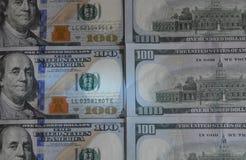 US hundert Dollarscheinhintergrund Beschaffenheitsanmerkungen des Geldamerikaners hundert entwerfen Feder, Brillen und Diagramme stockfoto
