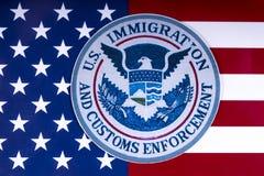 US-Immigration und Gewohnheits-Durchführung lizenzfreie stockbilder