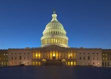 US-Kapitol, das in der Dämmerung errichtet Lizenzfreies Stockbild