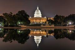 US-Kapitol im Washington DC nachts Lizenzfreie Stockfotos