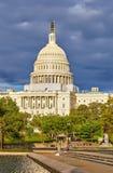 US-Kapitol unter stürmischem Himmel Stockfotos