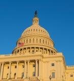 US-Kapitolgebäude bei Sonnenuntergang Lizenzfreie Stockfotos