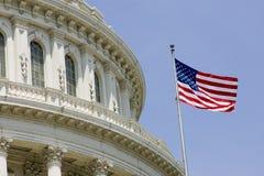 US-Kapitolhaubedetail mit Markierungsfahne Lizenzfreies Stockfoto
