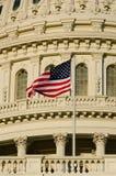 US-Kapitolhaubedetail mit US-Markierungsfahne auf Fahnenmast - Stockfotos