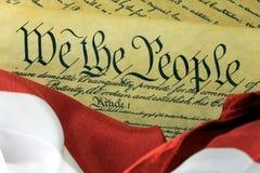 US-Konstitution - wir die Leute mit amerikanischer Flagge Lizenzfreies Stockbild