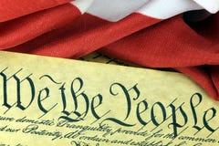 US-Konstitution - wir die Leute mit amerikanischer Flagge stockfoto