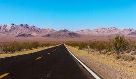 US-Landstraße zu Nationalpark Death Valley, Kalifornien Stockbilder
