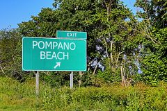 US-Landstraßen-Ausgangs-Zeichen für Pompano-Strand Stockfotos