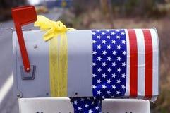 US-Mailbox mit gelbem Farbband Stockfotos