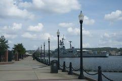 US-Marine-Schiff wird im Hafen am Anacostia-Fluss-Marine-Yard, Washington, DC, USA verankert Lizenzfreies Stockbild