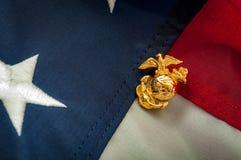 US-Marineinfanteriekorpsemblem und die amerikanische Flagge Stockbilder
