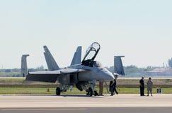 US-Marinekämpfer, der für Flug sich vorbereitet stockfotografie