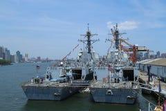 US-Marinelenkwaffenzerstörer USS Bainbridge und USS Farragut koppelten im Brooklyn-Kreuzfahrt-Anschluss während Flotten-Woche 201 Stockbild