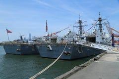 US-Marinelenkwaffenzerstörer USS Bainbridge und USS Farragut koppelten im Brooklyn-Kreuzfahrt-Anschluss während Flotten-Woche 201 Stockfotos