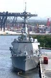 US-Marineschiff im Hafen stockbilder