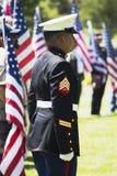 US-Marinesoldaten stehen an der Aufmerksamkeit an der Gedenkveranstaltung für gefallenen US-Soldaten, PFC Zach Suarez, Ehrenauftr Stockbilder