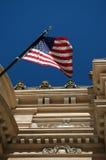 US-Markierungsfahne auf einem Gebäude Stockfoto