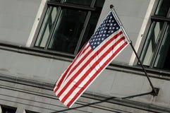 US-Markierungsfahne auf einem Gebäude Stockfotografie