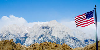 US-Markierungsfahne mit Mount Whitney und einsamen Kieferbergen stockfotos