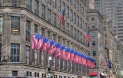 US-Markierungsfahnen in einer Reihe auf einem New- York Citygebäude lizenzfreies stockbild