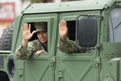 US-Militärwellenartig bewegen zu den Leuten Stockbilder