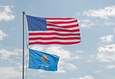 Us- och Oklahoma flaggor arkivbild