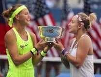 US Open 2016 dubbel vrouwen verdedigt Lucie Safarova (l) van het mattek-Zand van de Tsjechische Republiek en Bethanie-van Verenig Royalty-vrije Stock Foto's