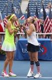 US Open 2016 dubbel vrouwen verdedigt Lucie Safarova (l) van het mattek-Zand van de Tsjechische Republiek en Bethanie-van Verenig Royalty-vrije Stock Foto
