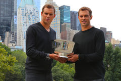 US Open 2014 campeones Bob y Mike Bryan de los dobles de los hombres que presentan con el trofeo en Central Park Fotos de archivo