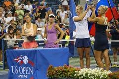 US Open 2014 campeones Ekaterina Makarova y Elena Vesnina de los dobles de las mujeres durante la presentación del trofeo Imágenes de archivo libres de regalías