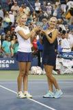 US Open 2014 campeones Ekaterina Makarova y Elena Vesnina de los dobles de las mujeres durante la presentación del trofeo Foto de archivo libre de regalías