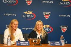 US Open 2014 campeones Ekaterina Makarova y Elena Vesnina de los dobles de las mujeres durante rueda de prensa Fotos de archivo libres de regalías
