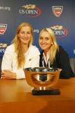 US Open 2014 campeones Ekaterina Makarova y Elena Vesnina de los dobles de las mujeres durante rueda de prensa Imágenes de archivo libres de regalías