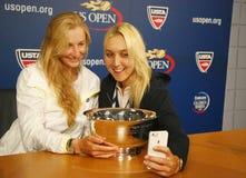 US Open 2014 campeones Ekaterina Makarova y Elena Vesnina de los dobles de las mujeres que toman el selfie durante rueda de prens Foto de archivo libre de regalías