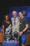 US Open 2012 campeones Serena Williams y Andy Murray con director ejecutivo Gordon Smith de USTA en la ceremonia 2013 del drenaje  Imágenes de archivo libres de regalías