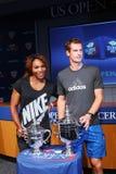 US Open 2012 campeones Serena Williams y Andy Murray con los trofeos del US Open en la ceremonia 2013 del drenaje del US Open Imagen de archivo