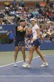 US Open 2014 campioni Ekaterina Makarova e Elena Vesnina dei doppi delle donne durante la partita finale Immagine Stock