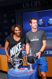 US Open 2012 campioni Serena Williams e Andy Murray con i trofei di US Open alla cerimonia 2013 di tiraggio di US Open Immagine Stock