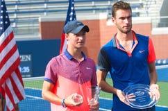 US Open 2014 chłopiec młodzieżowy mistrz Omar Jasiek od Australia i finalista Quentin Halys od Francja podczas trofeum presentat  Obrazy Royalty Free