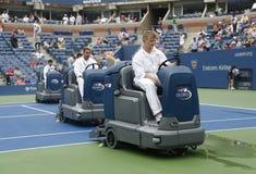 US Open cleaning załoga suszy tenisowego sądu po podeszczowego opóźnienia przy Arthur Ashe stadium obraz stock