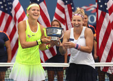 US Open 2016 dubbel vrouwen verdedigt Lucie Safarova (l) van het mattek-Zand van de Tsjechische Republiek en Bethanie-van Verenig Stock Foto