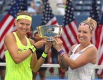 US Open 2016 dubbel vrouwen verdedigt Lucie Safarova (l) van het mattek-Zand van de Tsjechische Republiek en Bethanie-van Verenig Stock Foto's