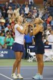 US Open 2014 dubbel vrouwenkampioenen Ekaterina Makarova en Elena Vesnina tijdens trofeepresentatie Stock Afbeeldingen