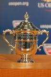 US Open-Frauen sondert die Trophäe aus, die bei der Pressekonferenz nach Serena Williams dargestellt wird, gewannen US Open-Meist Stockbild